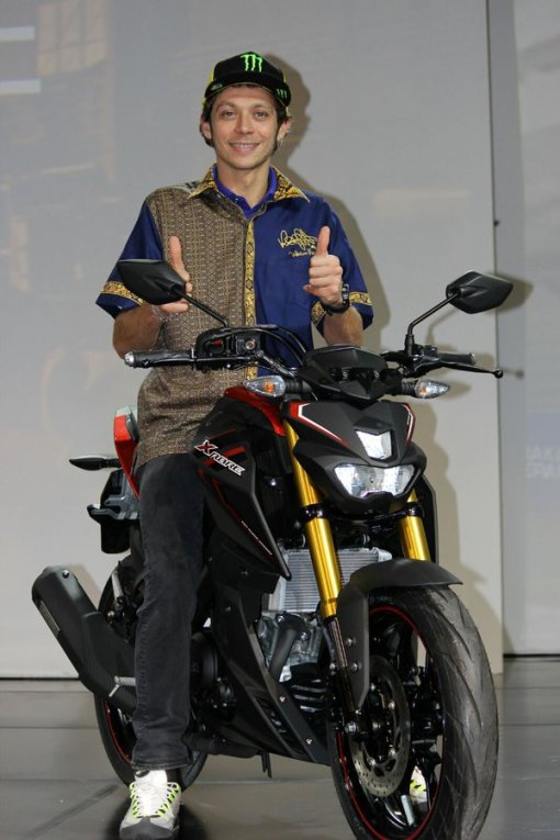 Valentino-Rossi-resmi-Perkenalkan-Yamaha-XABRE-02-Pertamax7.com_