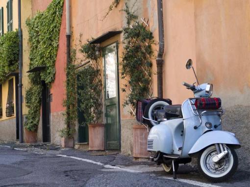 Vespa_in_tipico_vicolo_Boccadasse_Genova